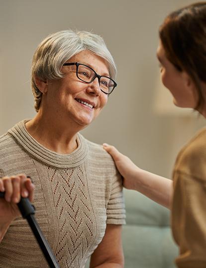 Vorteile Austausch zwischen Seniorin und Altenpflegerin